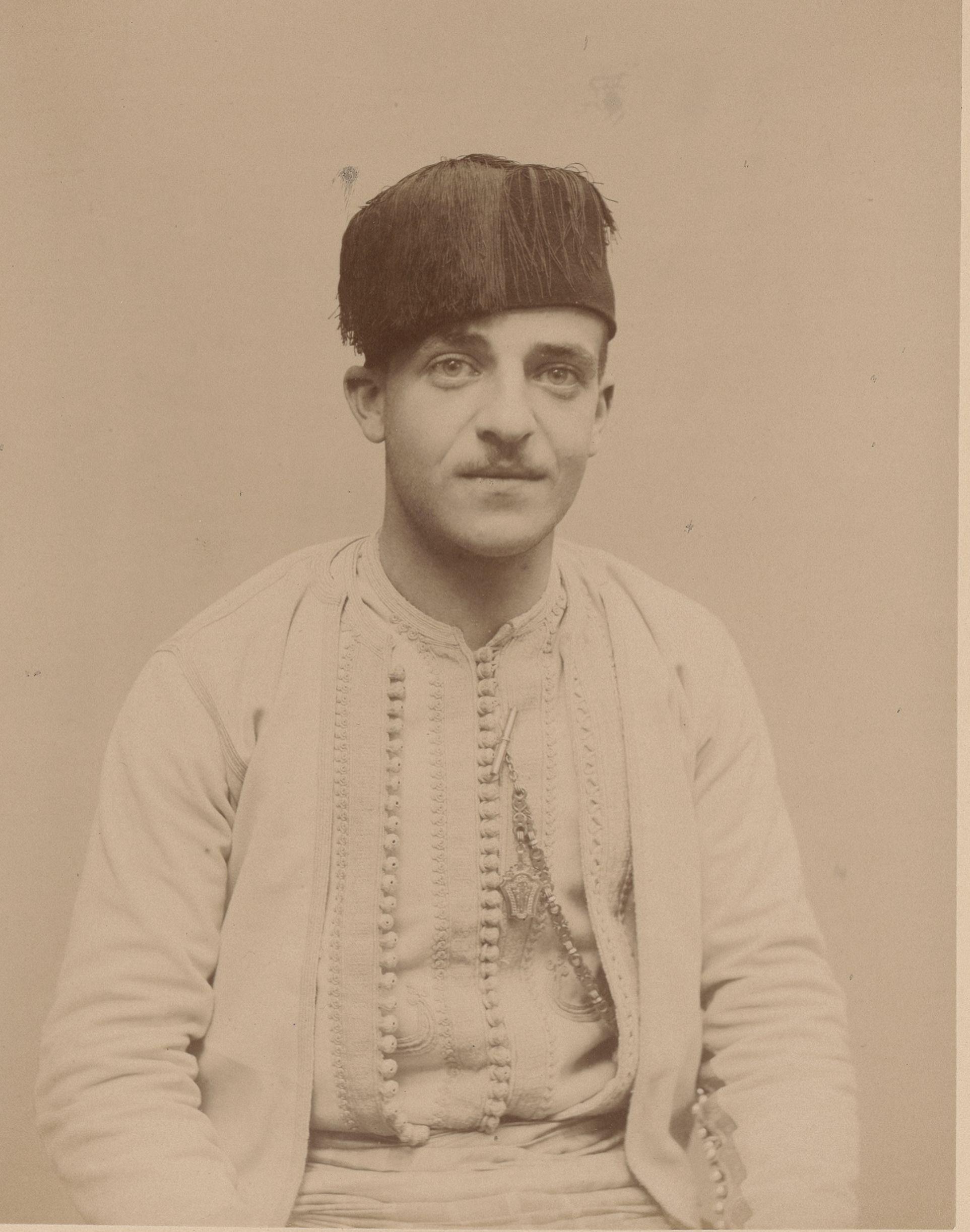 Месгич (Исаак) 24 года, родился в Алжире, сотрудник коммуны