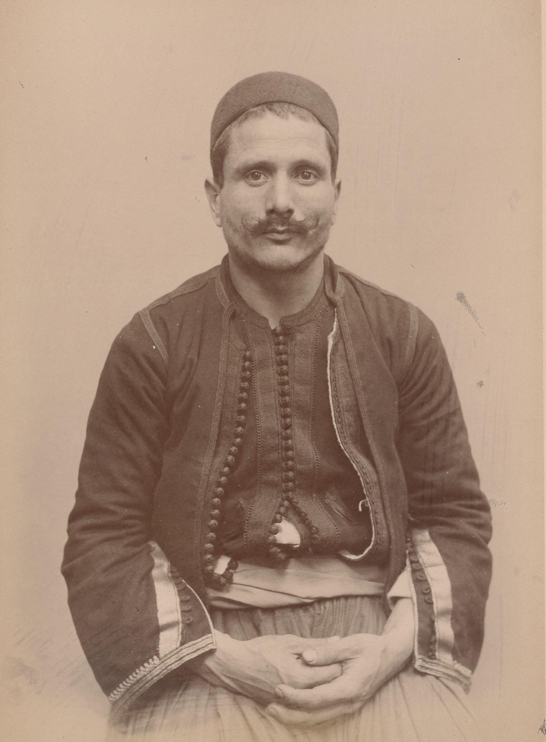 Мохамед 30, Алжир, Айфсаона, сапожник (вид спереди)