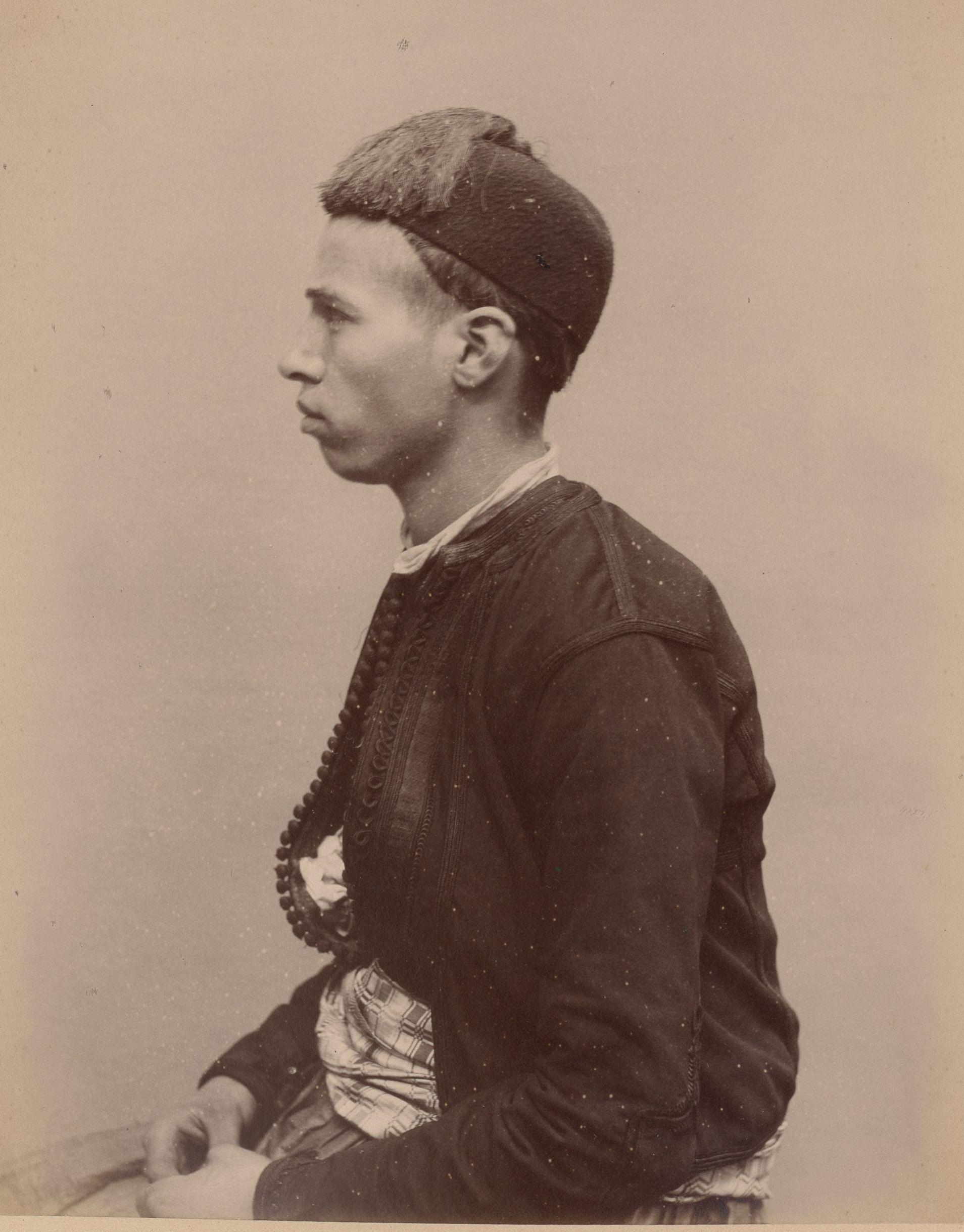 Саид  22 года, родившийся в Алжире, помощник хозяина кафе (вид сбоку)