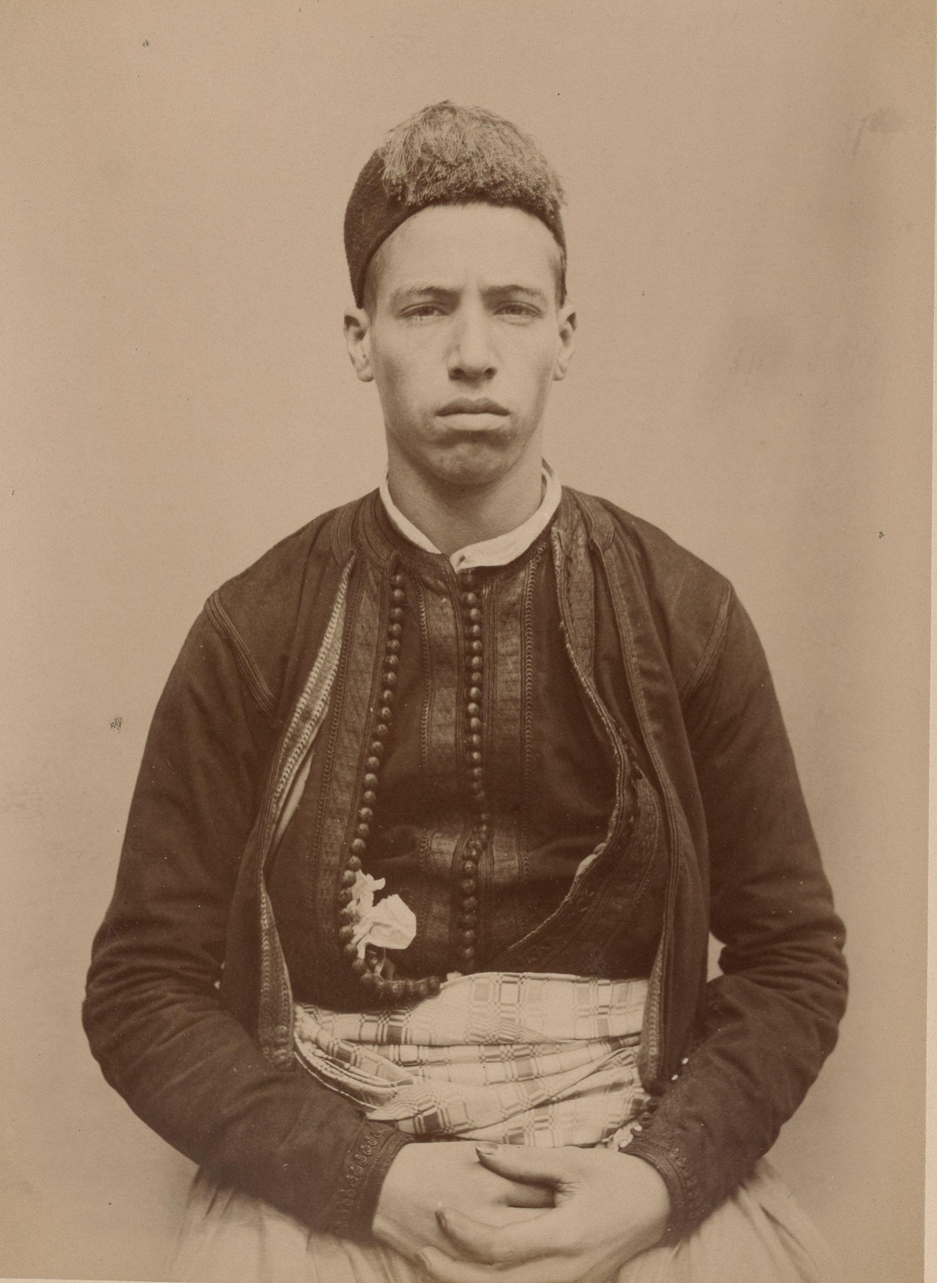 Саид  22 года, родившийся в Алжире, помощник хозяина кафе (вид спереди)