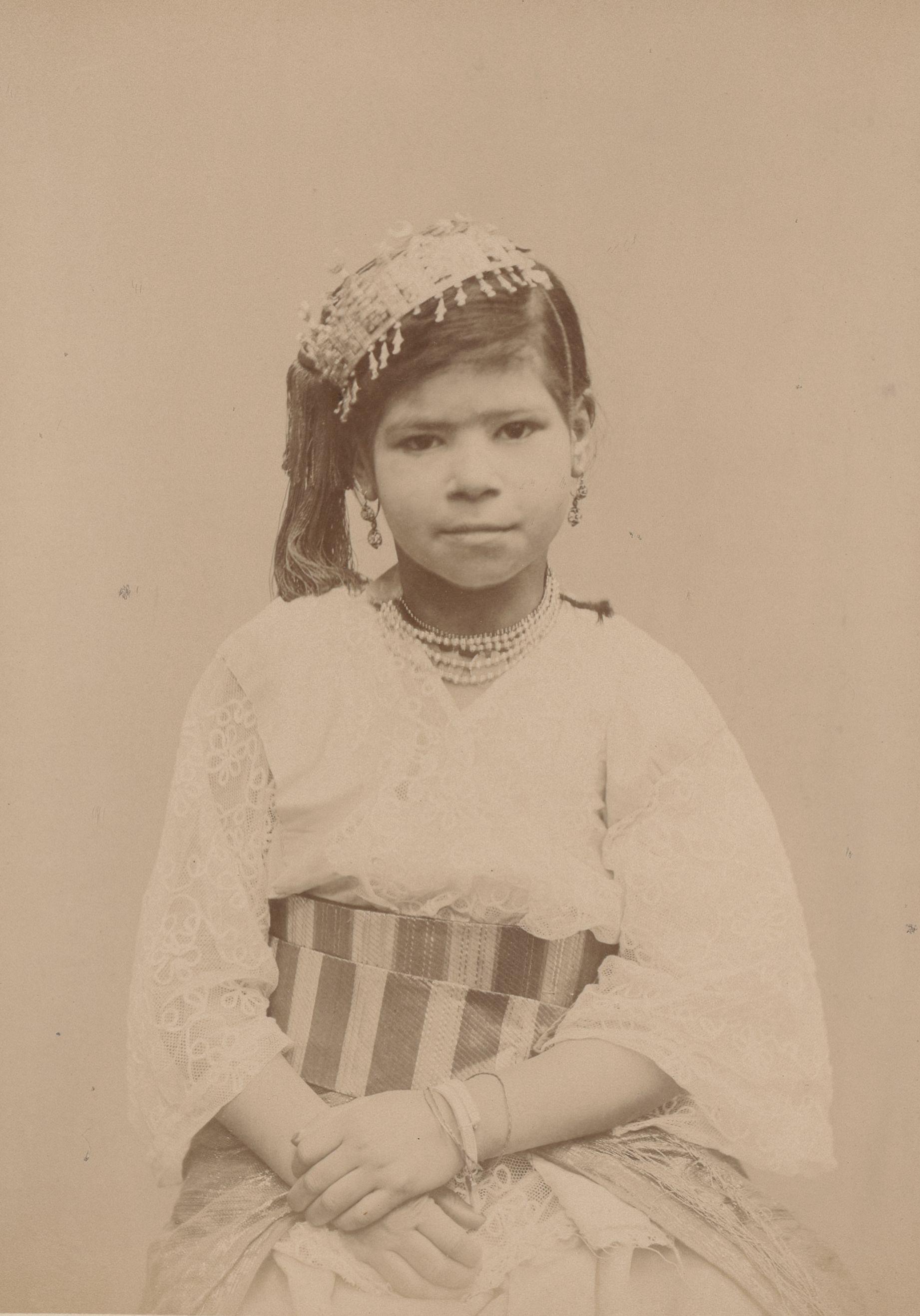 Фатима 9 лет, родилась в Блиде, Денсум (вид спереди)