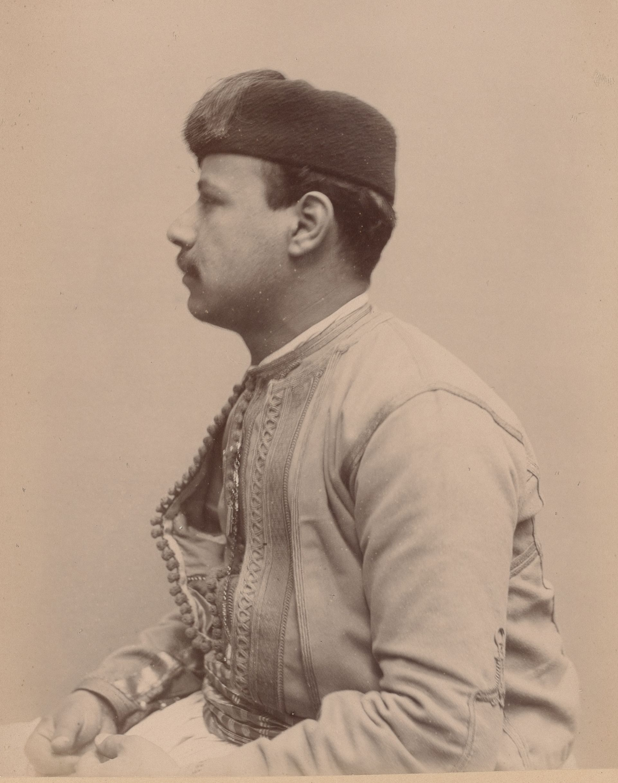 Шауль Дуран 24 года, родился в Константине, музыкант (скрипач) (вид сбоку)