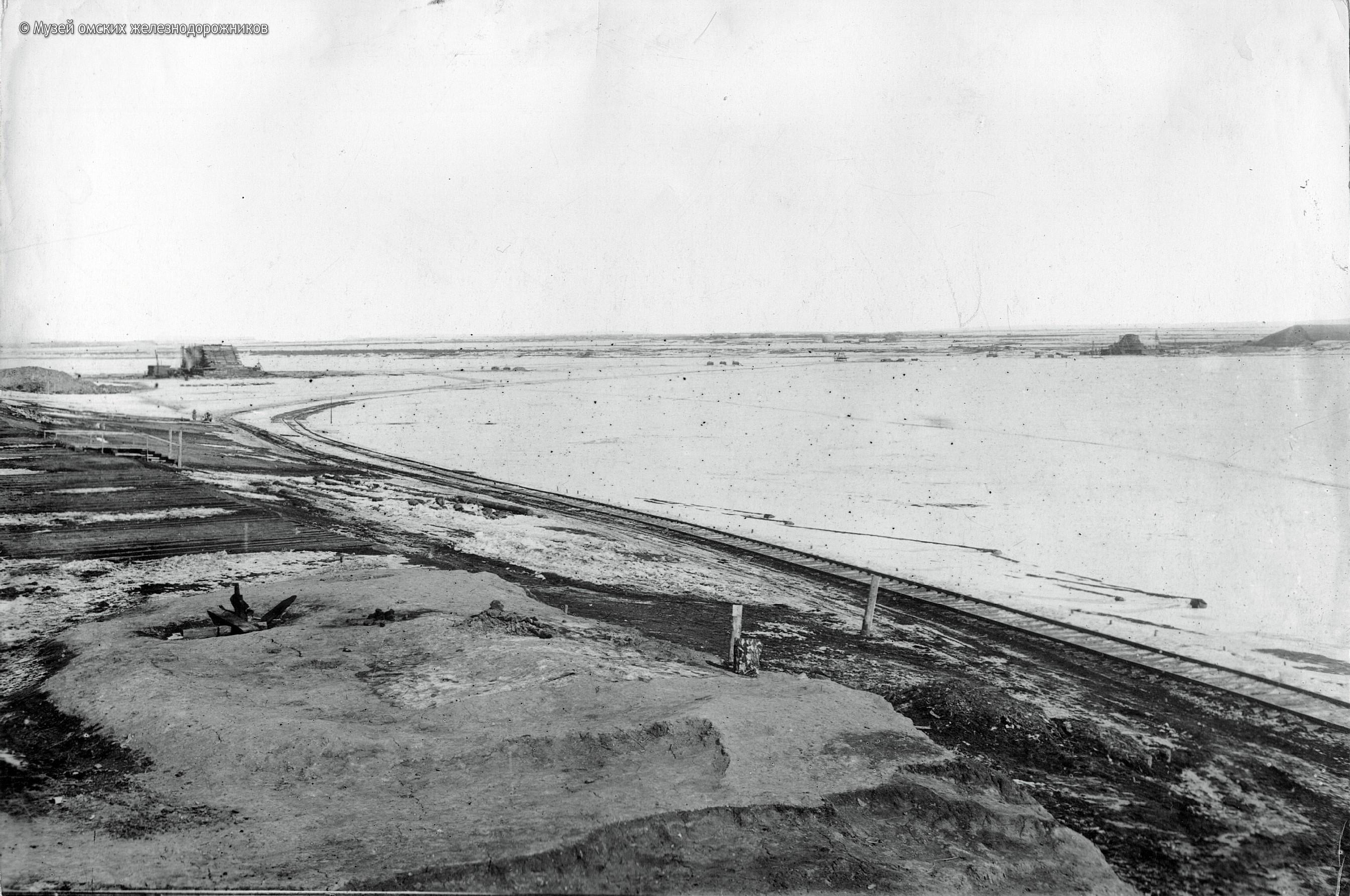 1895. Временная жд ветка по льду Иртыша на период строительства моста. Февраль