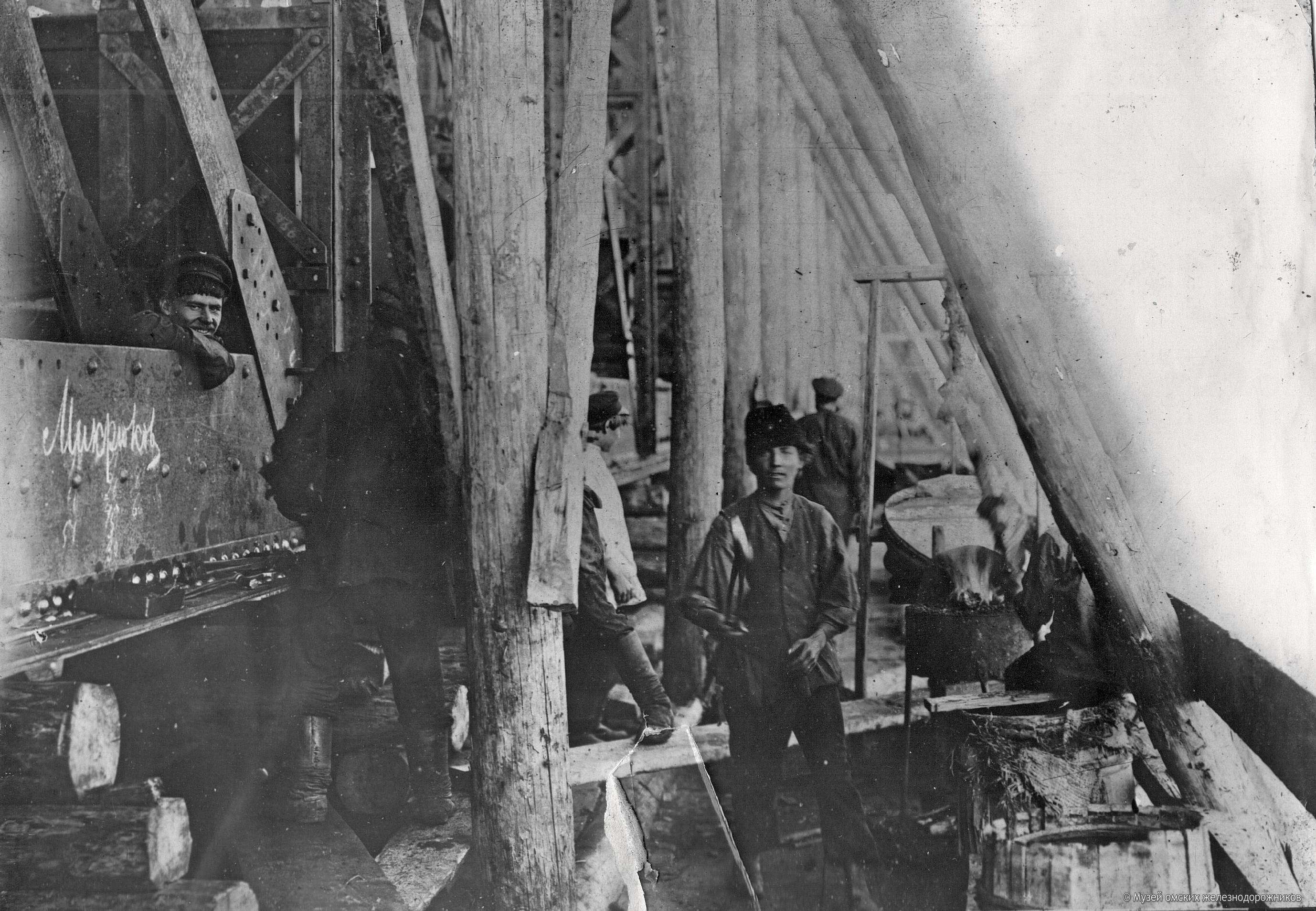 1895. Клепальщики на первом пролёте моста через реку Иртыш