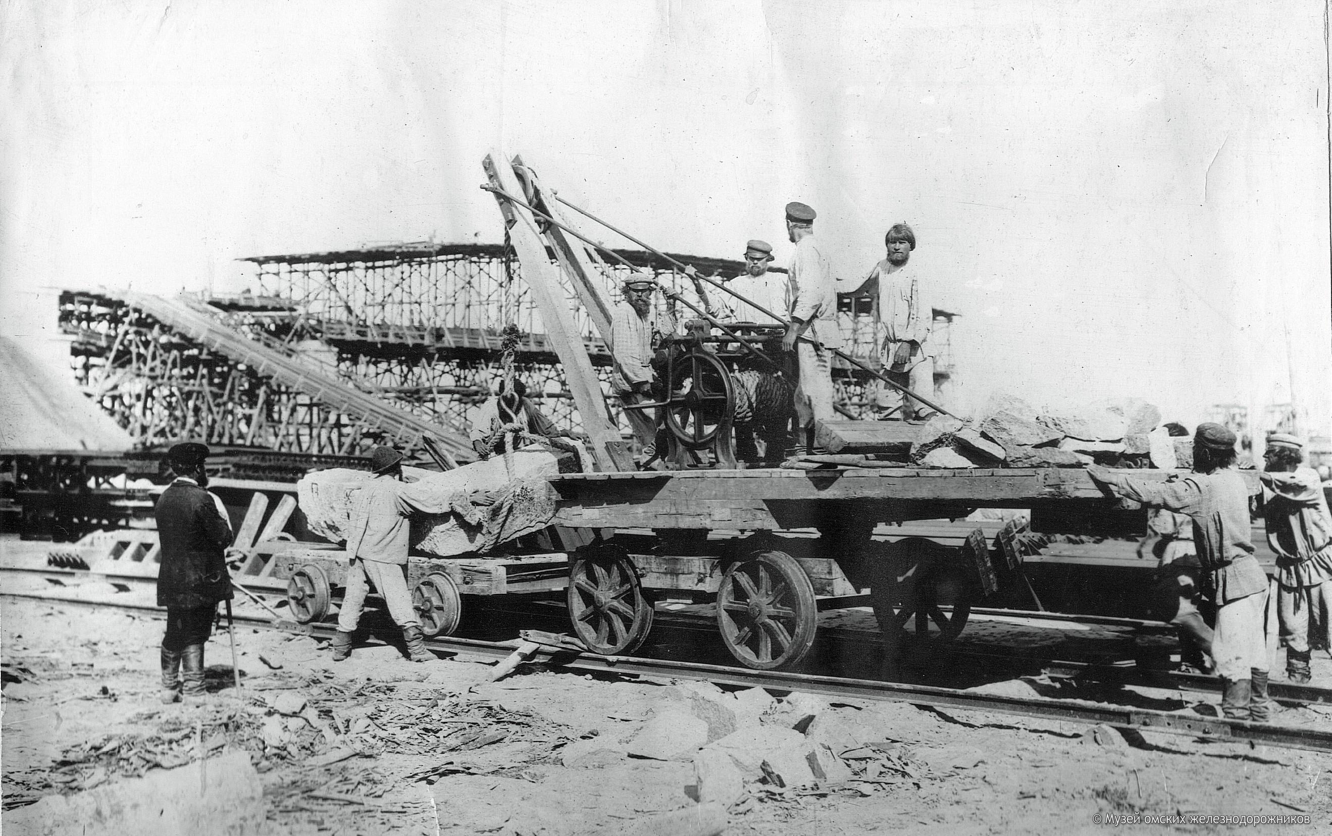 1895. Кран для перегрузки строительного камня для опор моста с барж на вагонетки