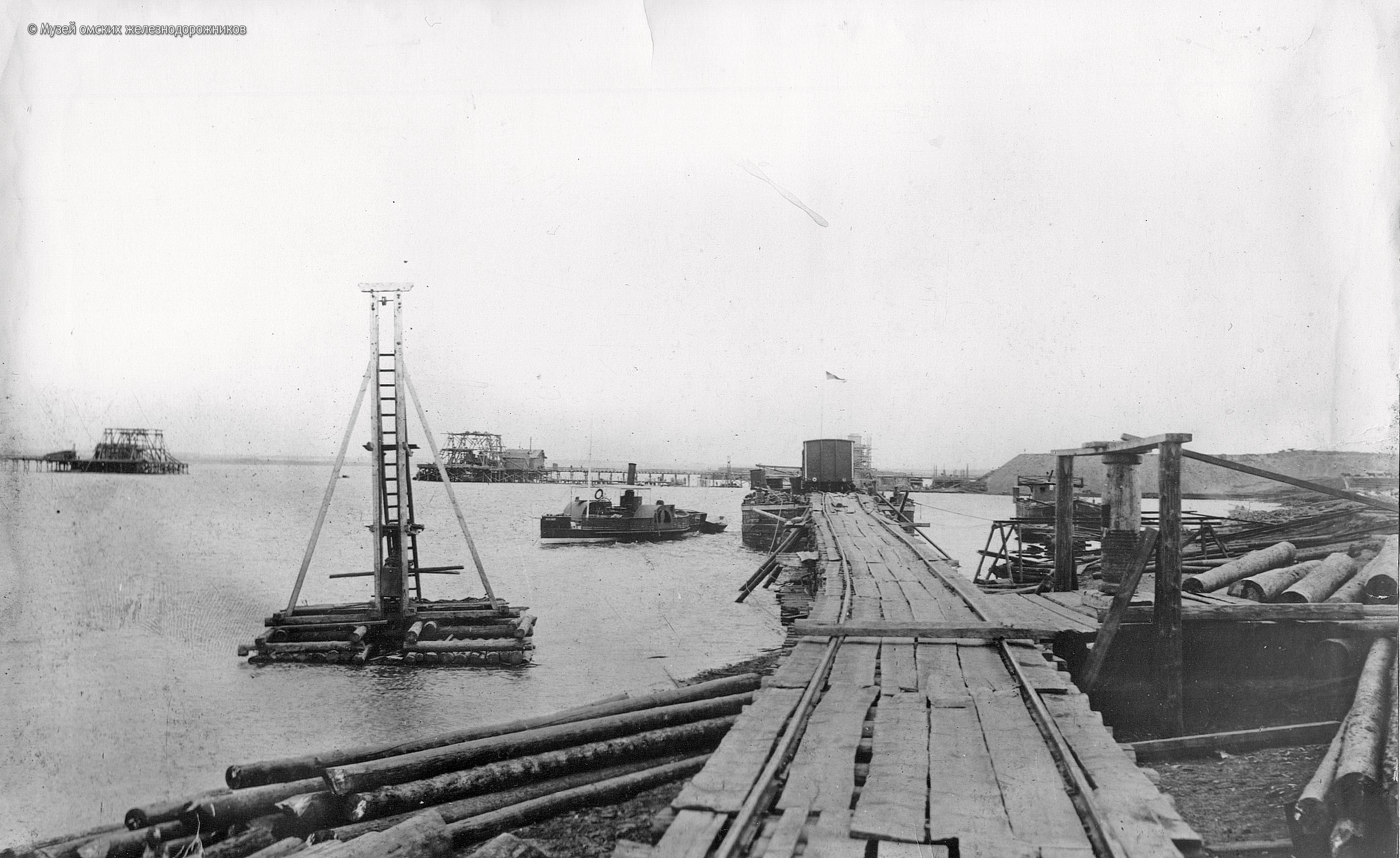 1895. Перевозка железнодорожных вагонов на пароме с левого берега Иртыша на правый в период строительства моста