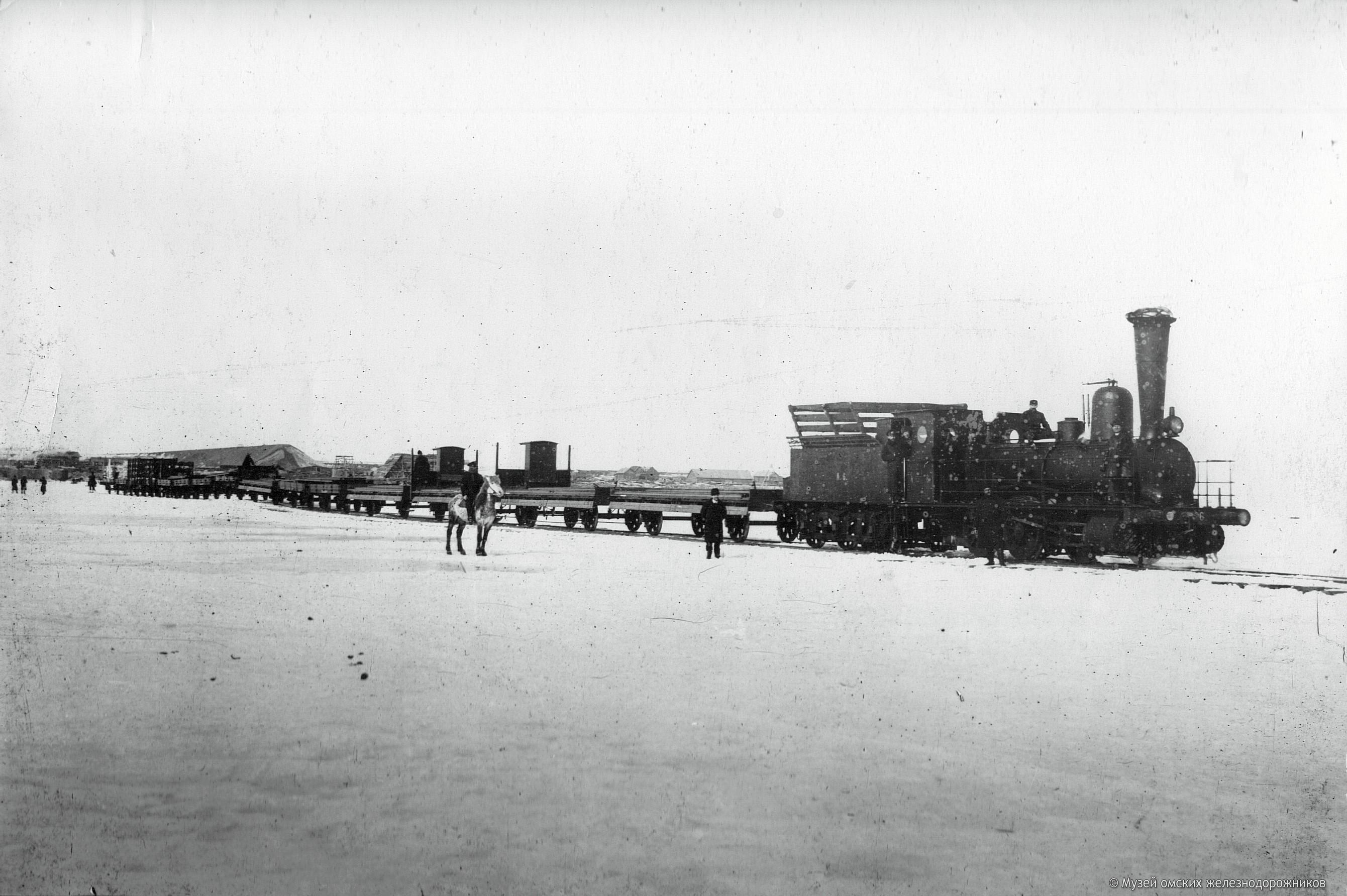 1895. Поезд, груженный рельсами, пересекает Иртыш по временной ветке на льду. 19 февраля