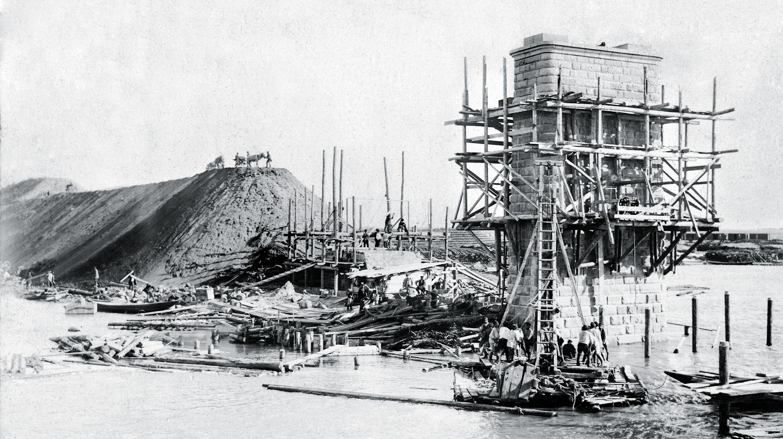 1895. Постройка подпорной стенки у правого берега