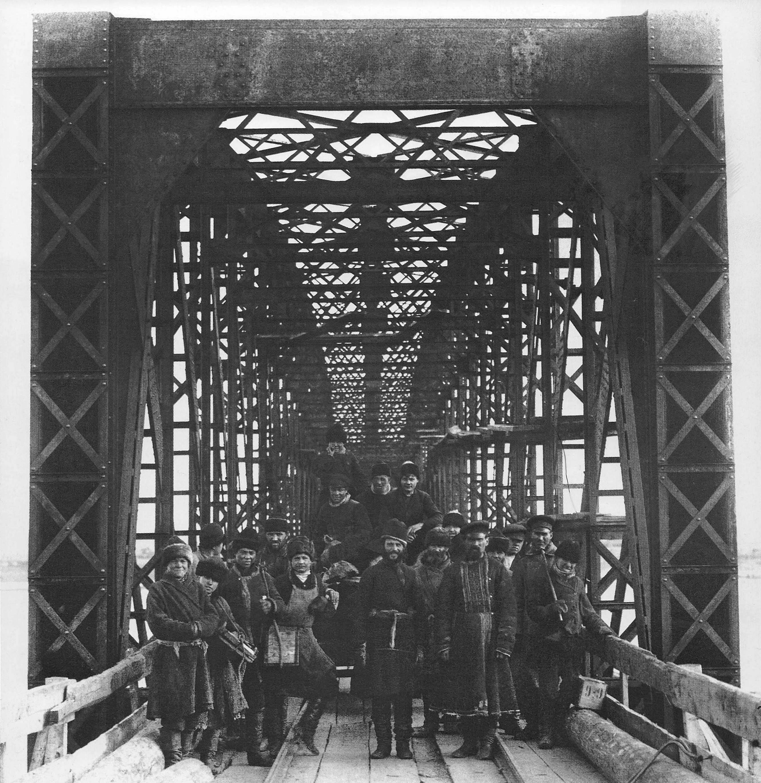 1895. Строительство моста. Готов первый пролет