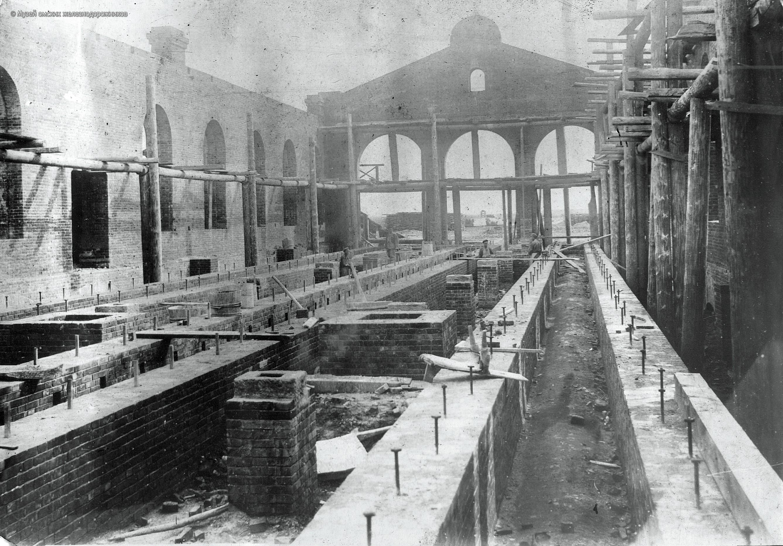 1895. Строительство паровозного депо, внутренний вид