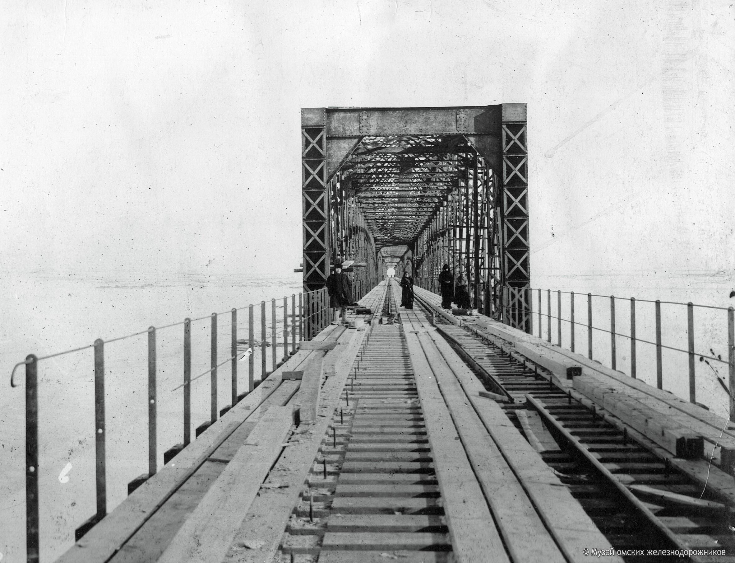 1896. Закончено строительство железнодорожного моста через Иртыш. Еще не уложены рельсы на левобережном пролете. 22 февраля