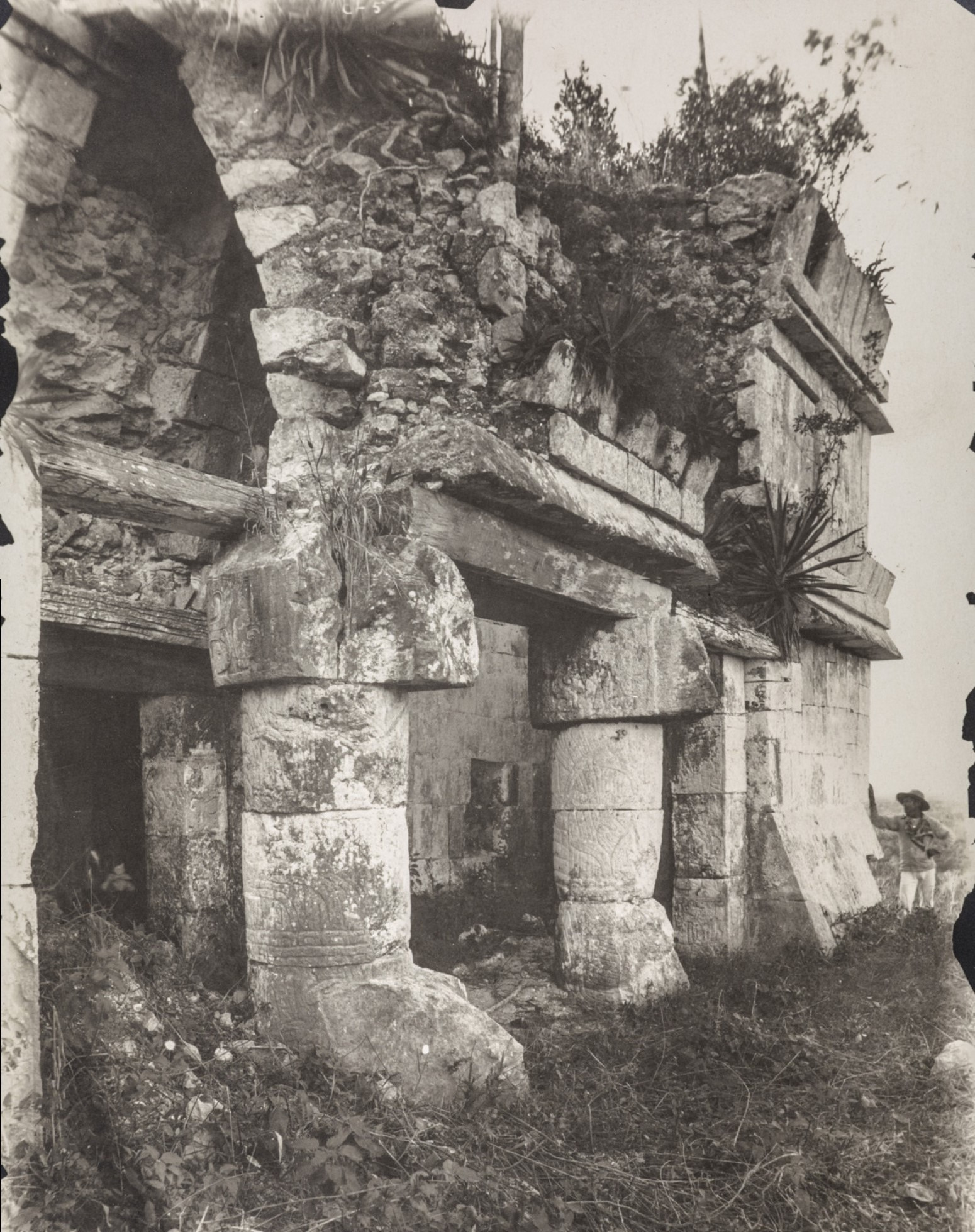 Чичен-Ица. Пирамида Кукулькан. Змеиный столб на северной стороне пирамиды