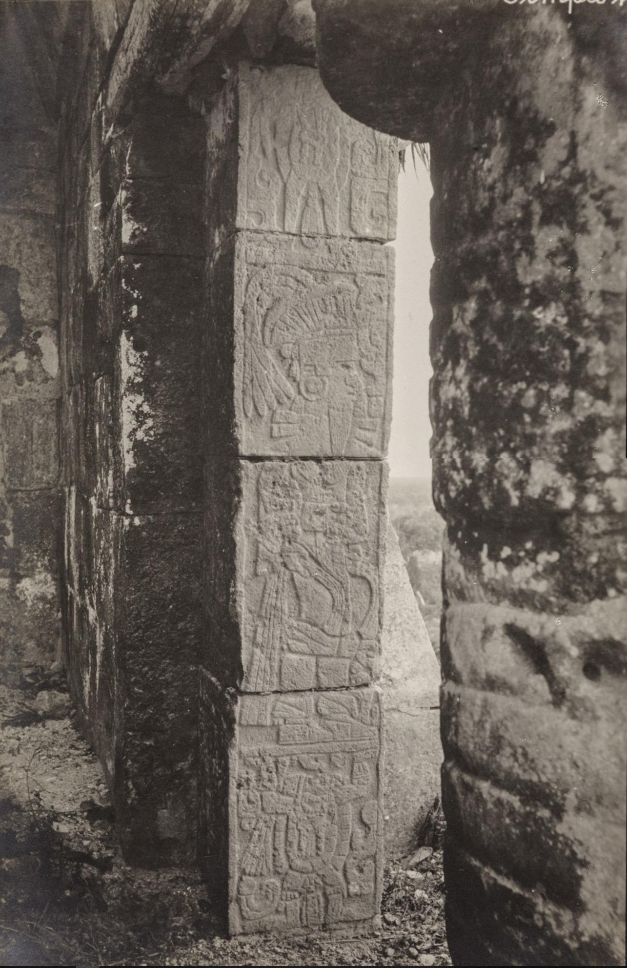 Чичен-Ица. Пирамида Кукулькан. Портальные колонны с рельефами