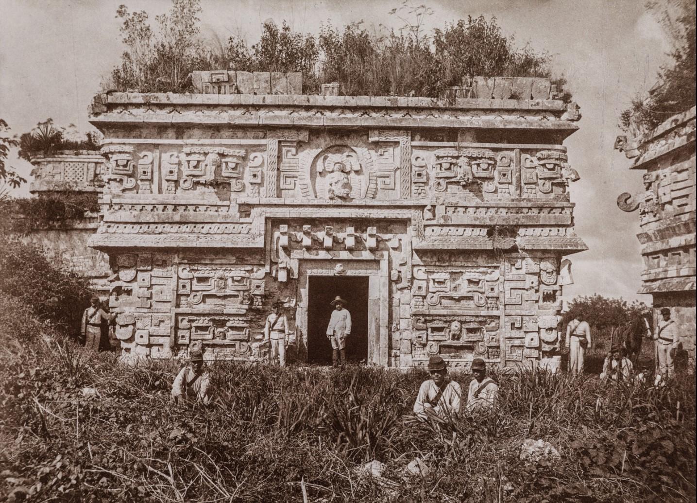 Чичен-Ица. Солдаты на восточной стороне здания «Лас Моньяс» («Женский монастырь»)