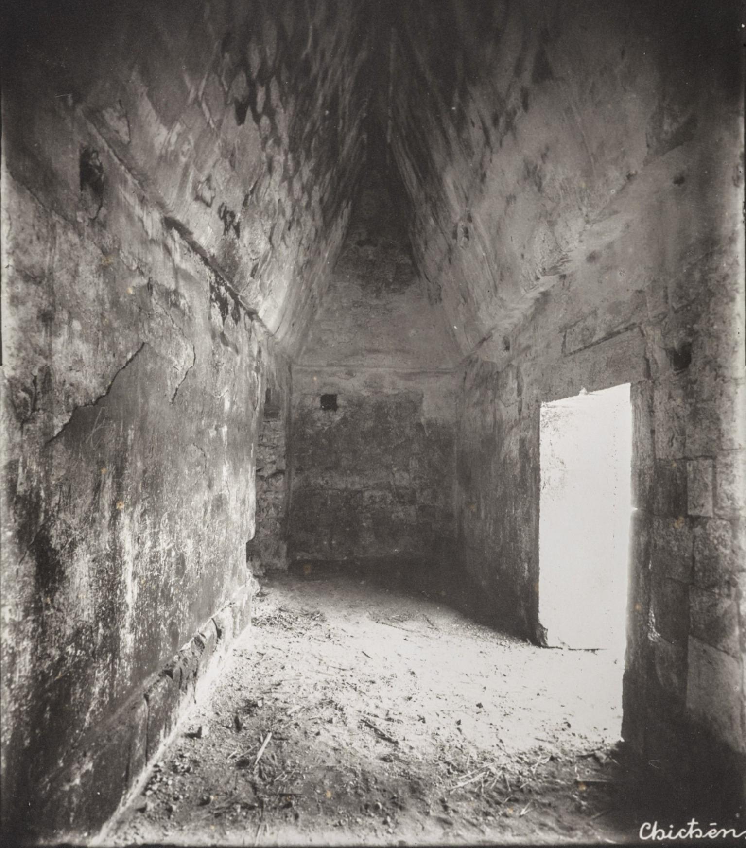 Чичен-Ица. Склеп в здании «Лас Моньяс» («Женский монастырь»).