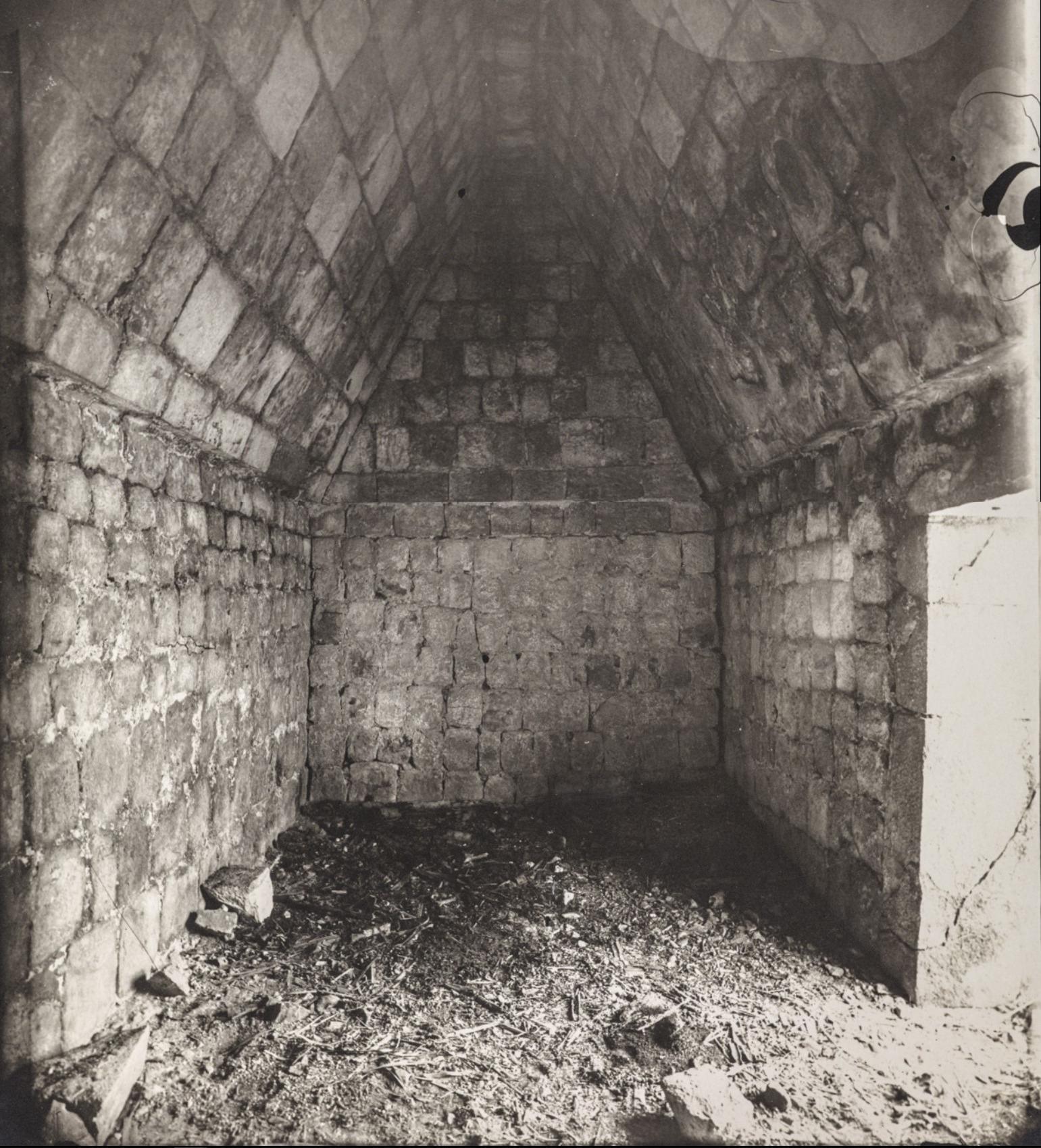 Чичен-Ица. Склеп в здании «Лас Моньяс» («Женский монастырь»)