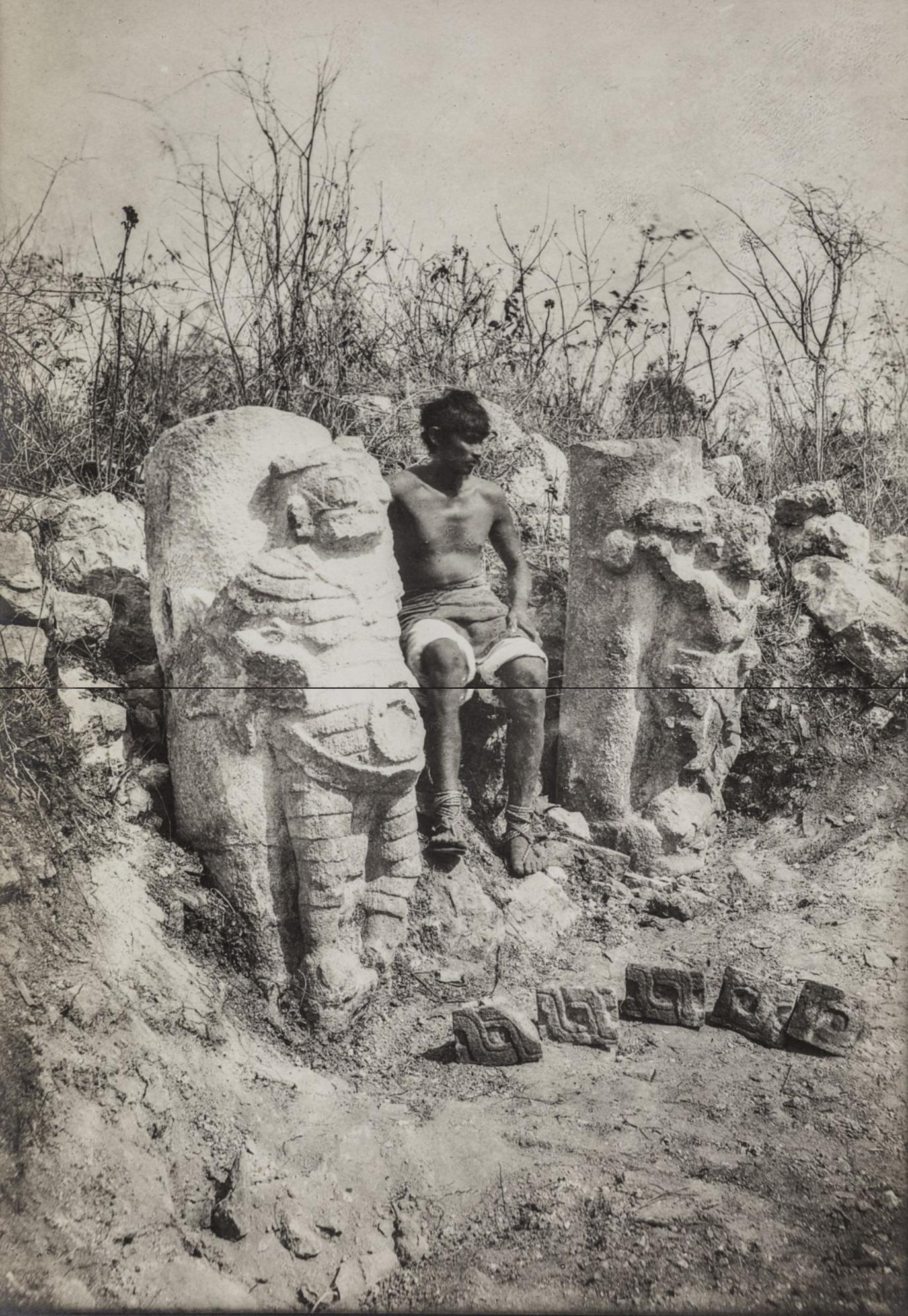 Чичен-Ица. Проводник возле статуи
