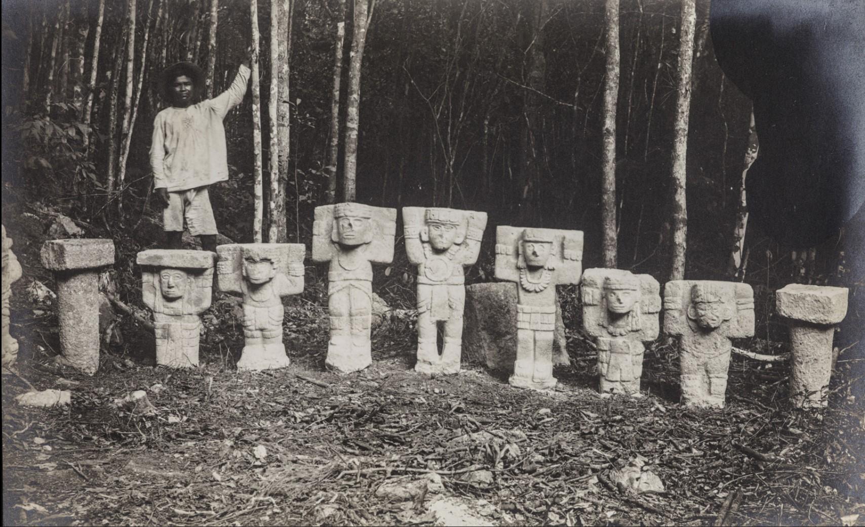 Чичен-Ица. Человек стоит за статуями атлантов