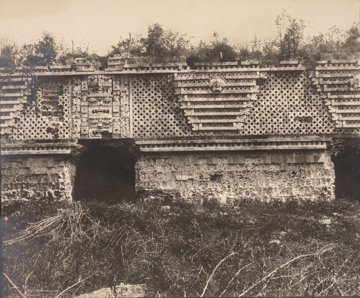 Рельеф фасада восточного здания в руинах Ушмаля