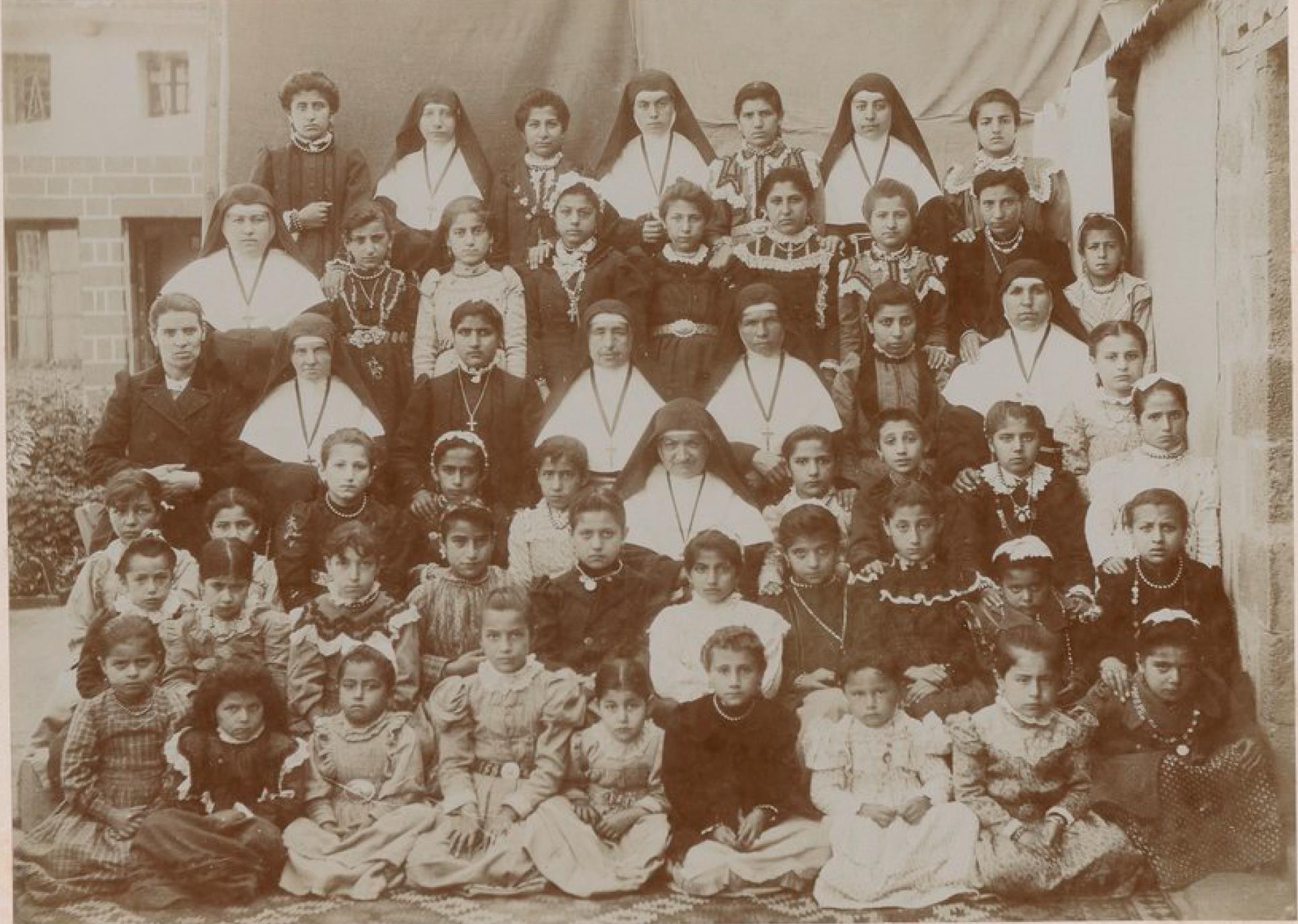 Диярбакыр. Францисканские монахини, наставники и ученики миссионерской школы