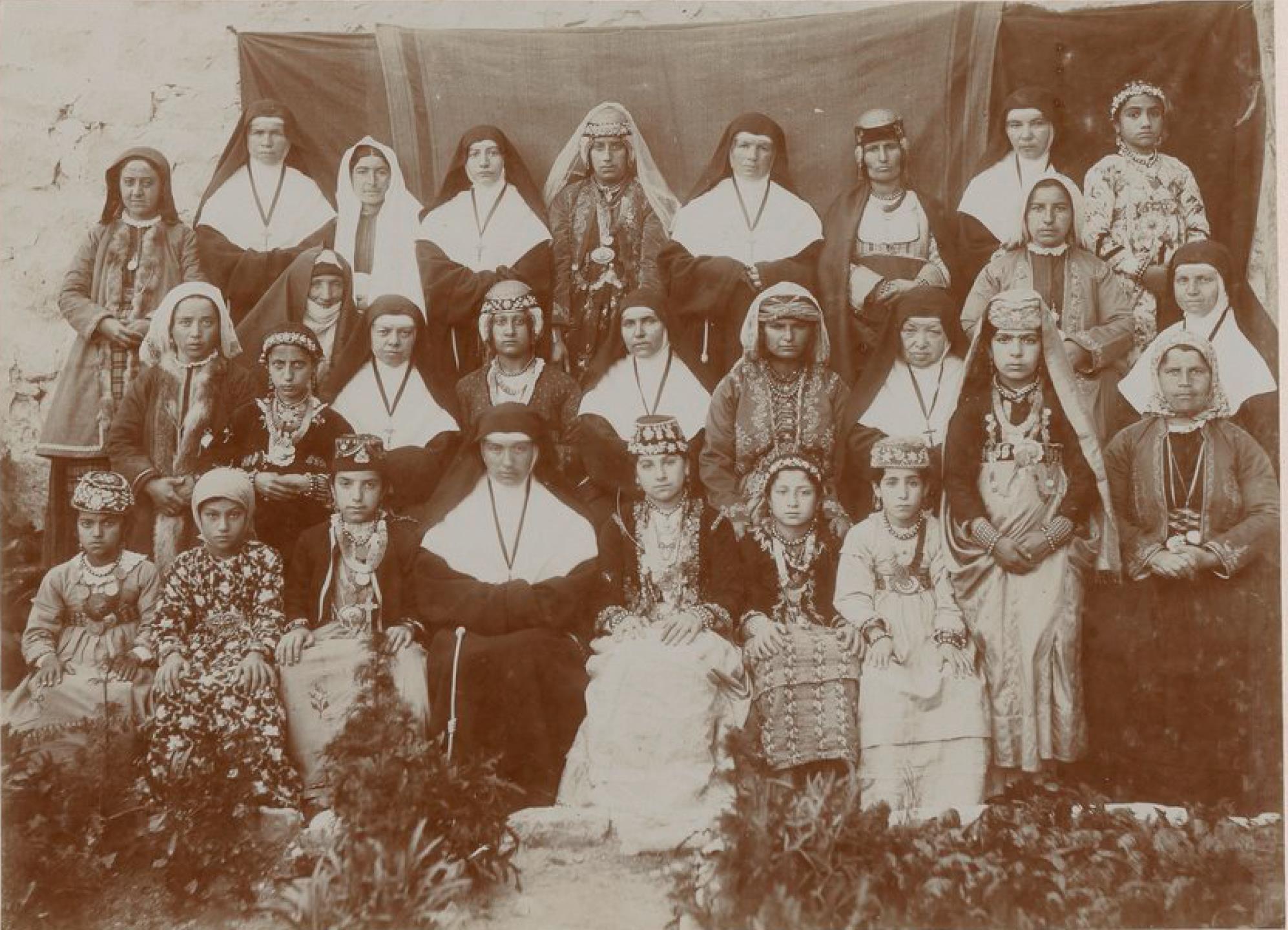 Мардин. Францисканские монахини, учителя и ученики миссионерской школы