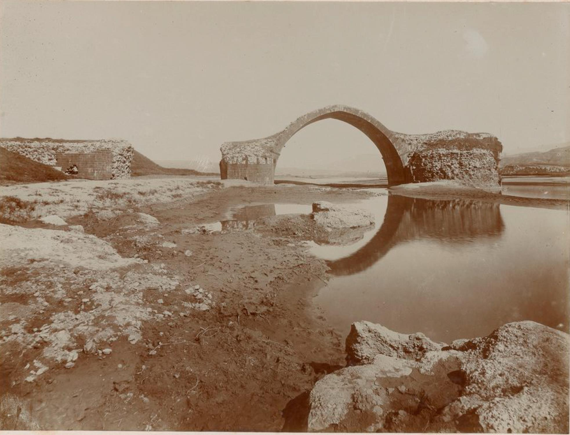 Руины древнего римского моста через Тигр