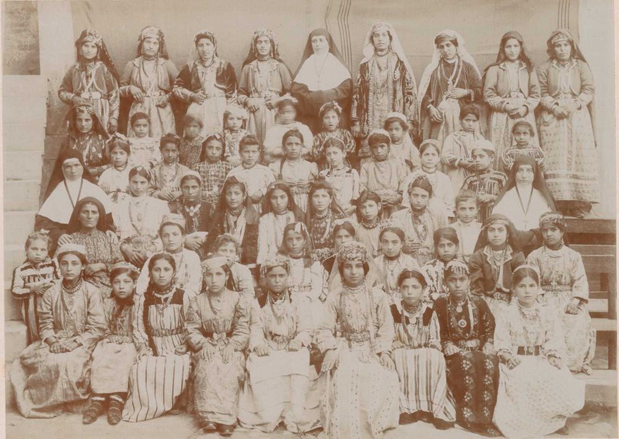 Урфа. Францисканские монахини, учителя и ученики миссионерской школы