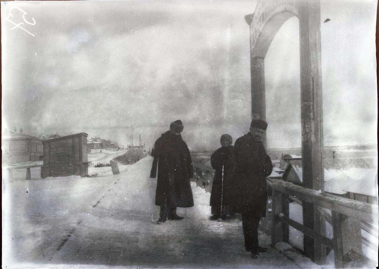 11. Красноярск. Зеваки на берегу