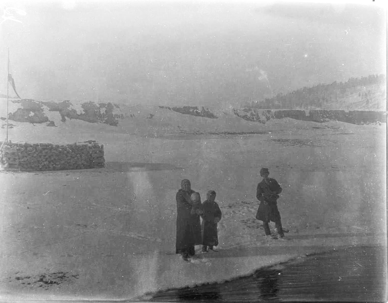 16. На борту «Красноярца». Три человека на берегу