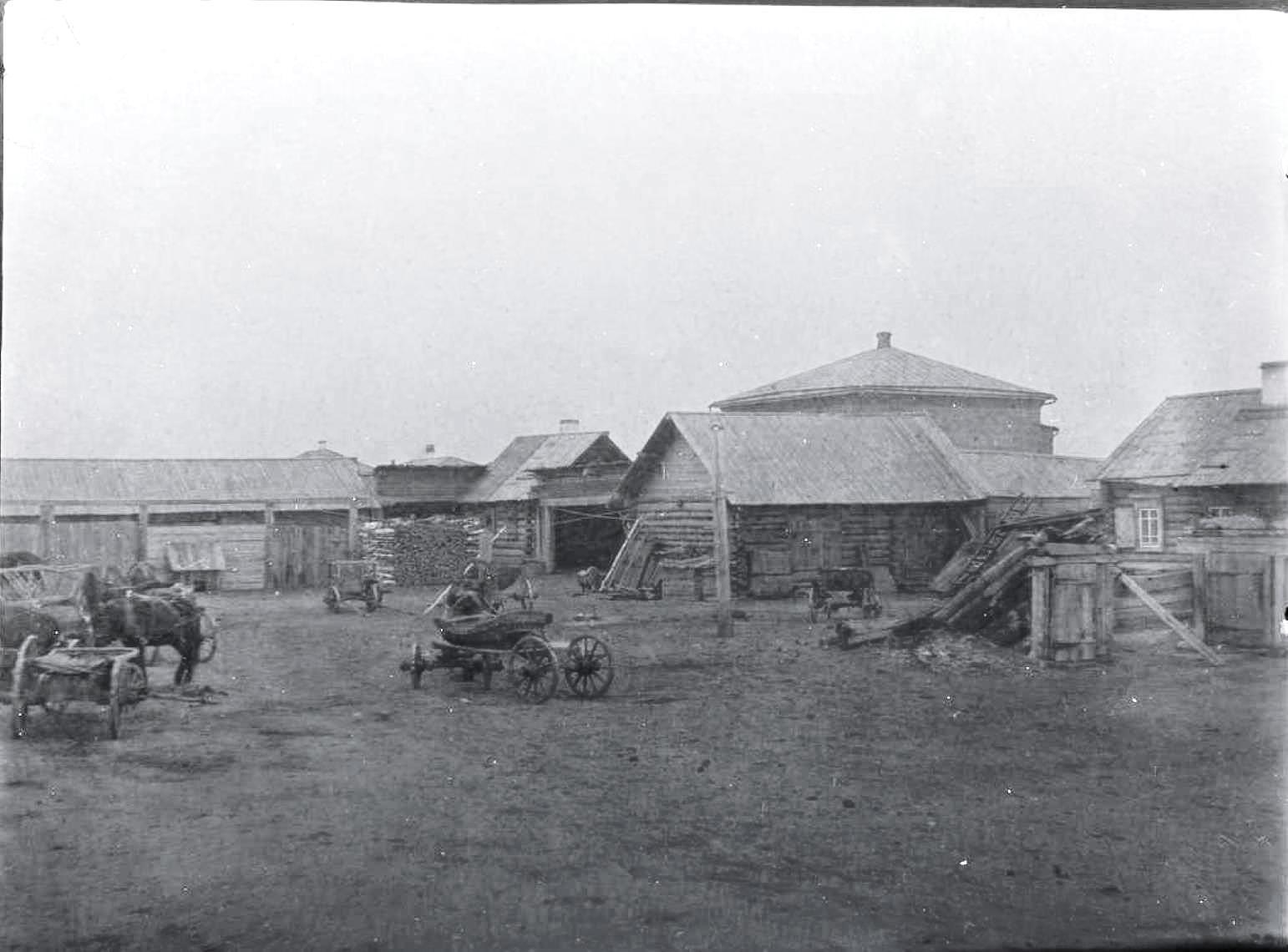 20. Село Даурское. Во дворе дома