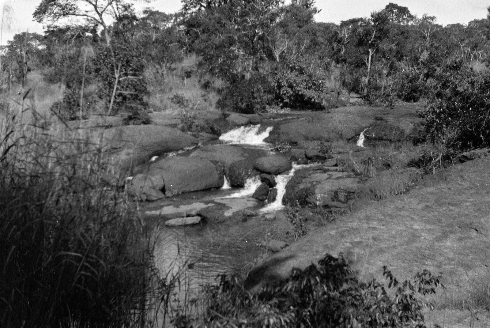Между Капири Мпоши и рекой Лунсемфва. Водопад на притоке Лунсемфвы, в нескольких метрах выше устья