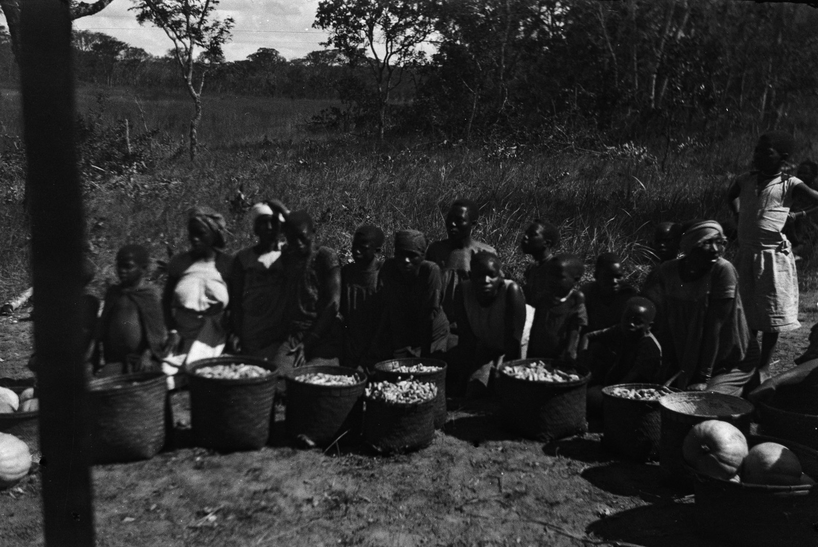 Между Капири Мпоши и рекой Лунсемфва. Жители деревни пытаются продать тыквыц и сладкий картофель.