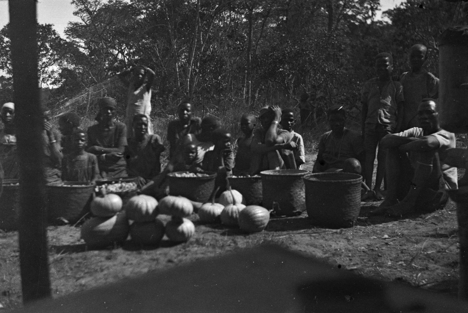 Между Капири Мпоши и рекой Лунсемфва. Жители деревни пытаются продать тыквыц и сладкий картофель