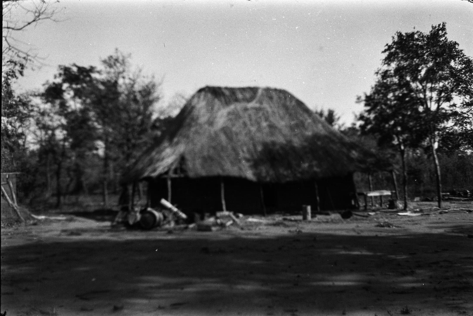 Между Капири Мпоши и рекой Лунсемфва. Заброшенный дом на медном месторождении вблизи реки Лунзенфва
