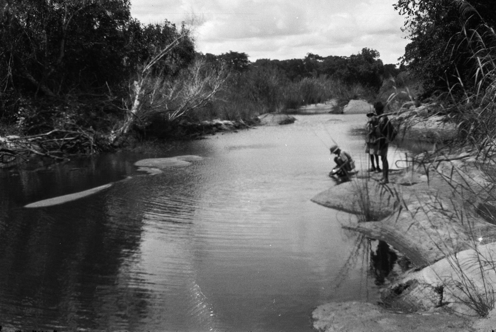 Между Капири Мпоши и рекой Лунсемфва. Исследователь Эрнст Акерманн на берегу реки Лунсемфва во время взятия проб