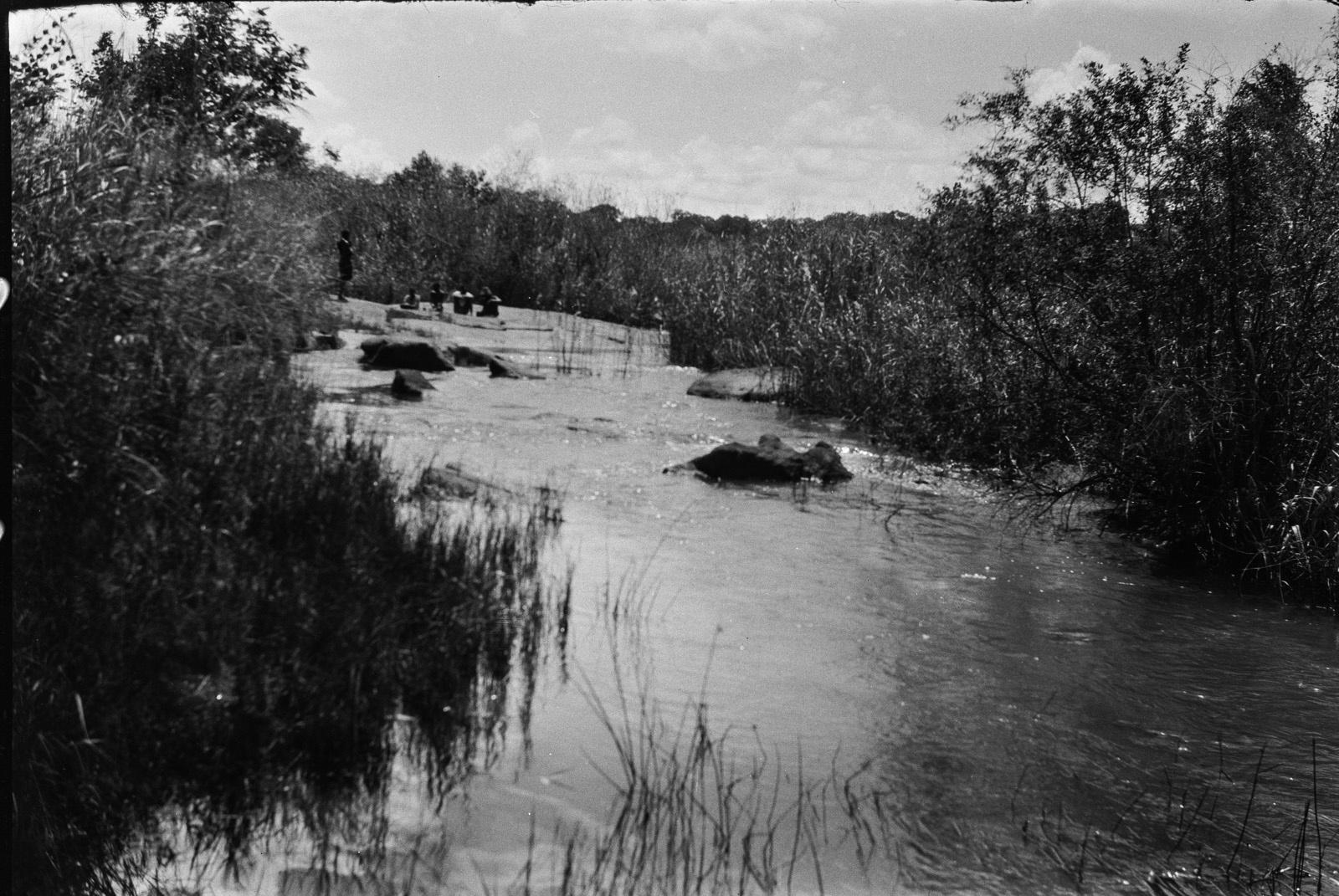 Между Капири Мпоши и рекой Лунсемфва. Река Лунчу
