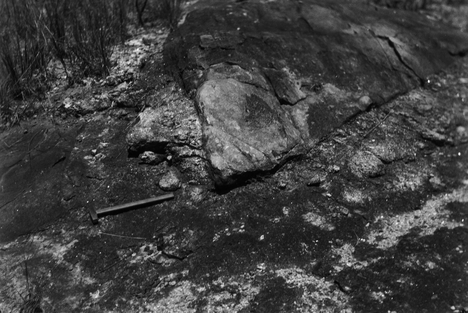 Между Капири Мпоши и рекой Лунсемфва. Сланцевые вкрапления в гранитной породе
