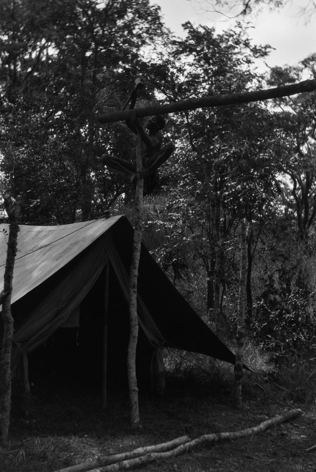 Между Капири Мпоши и рекой Лунсемфва. Строительство временного лагеря