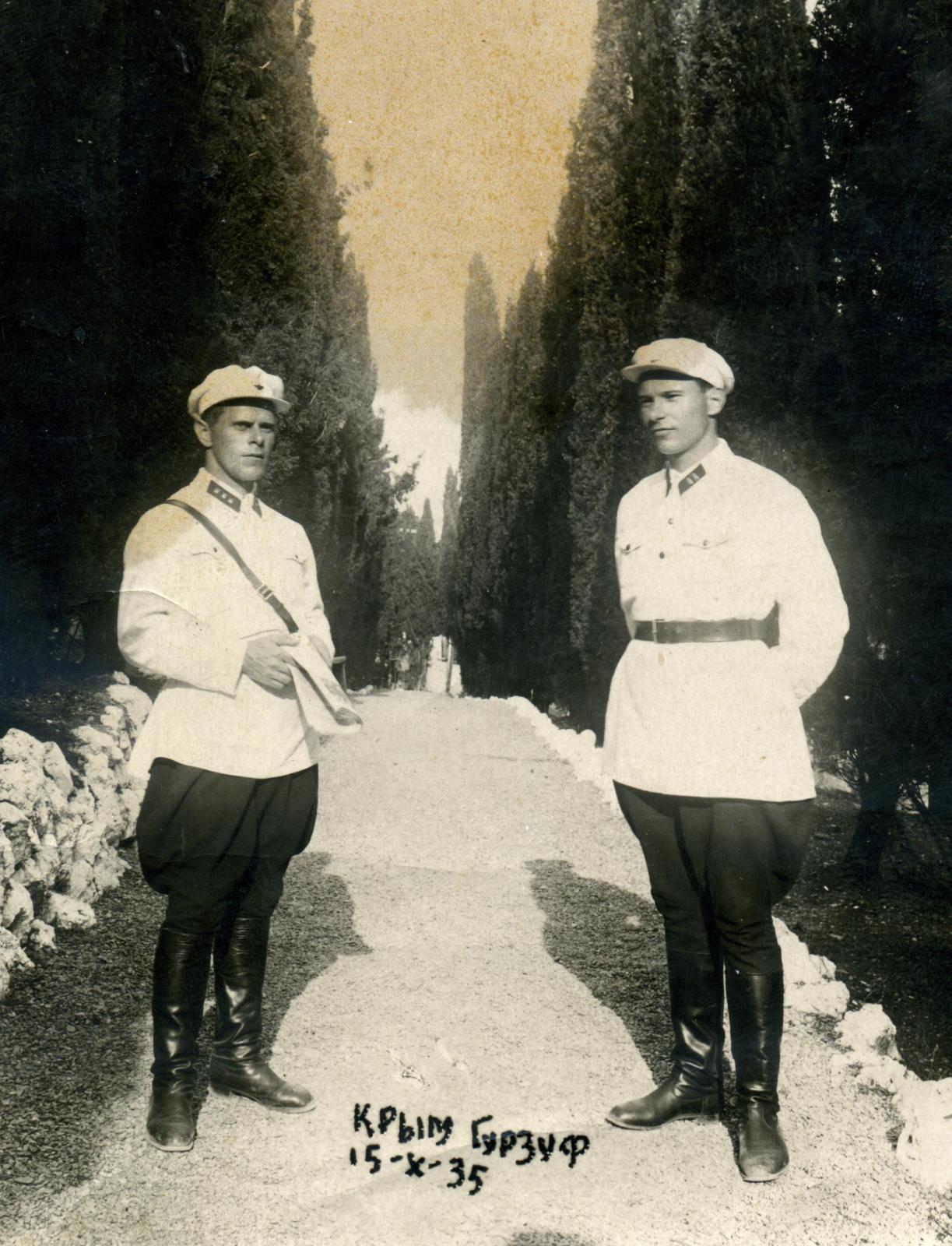 1935. Тов. Змушко (справа) с коллегой-чекистом на курорте, Крым, Гурзуф, 15.10.