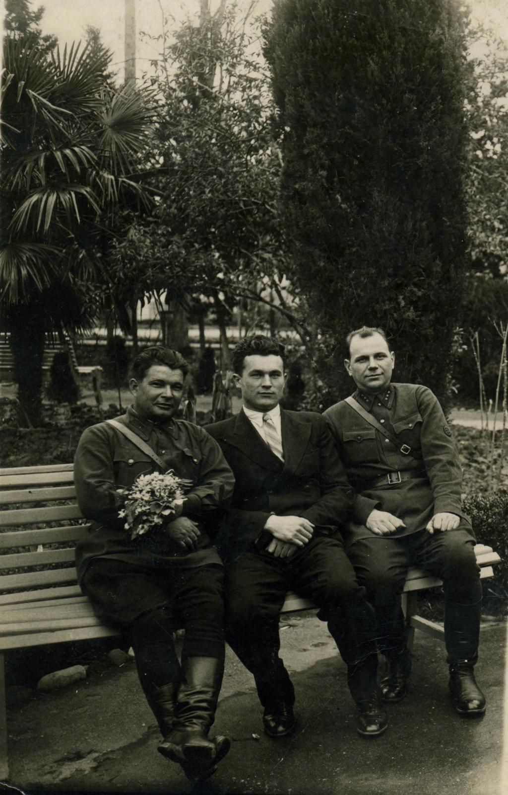 1939 . Капитан пограничных войск НКВД, товарищ в штатском и младший лейтенант государственной безопасности