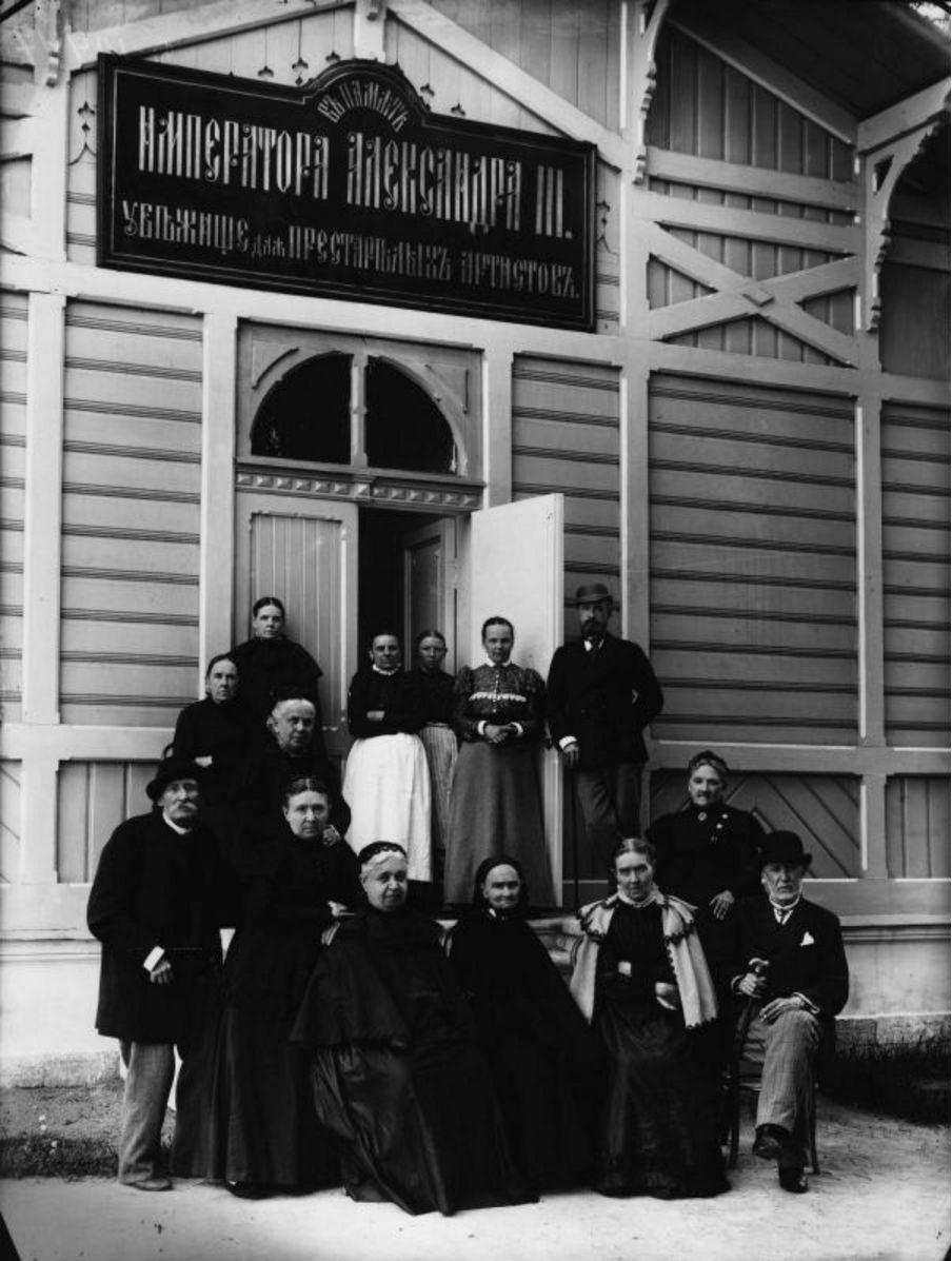 1900-е. Группа престарелых артистов у здания убежища