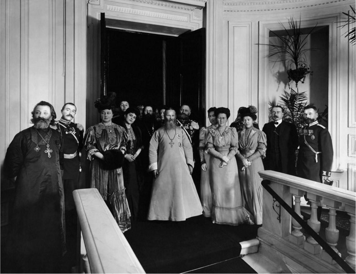 1900-е. Иоанн Кронштадтский с официальными лицами в помещении градоначальства