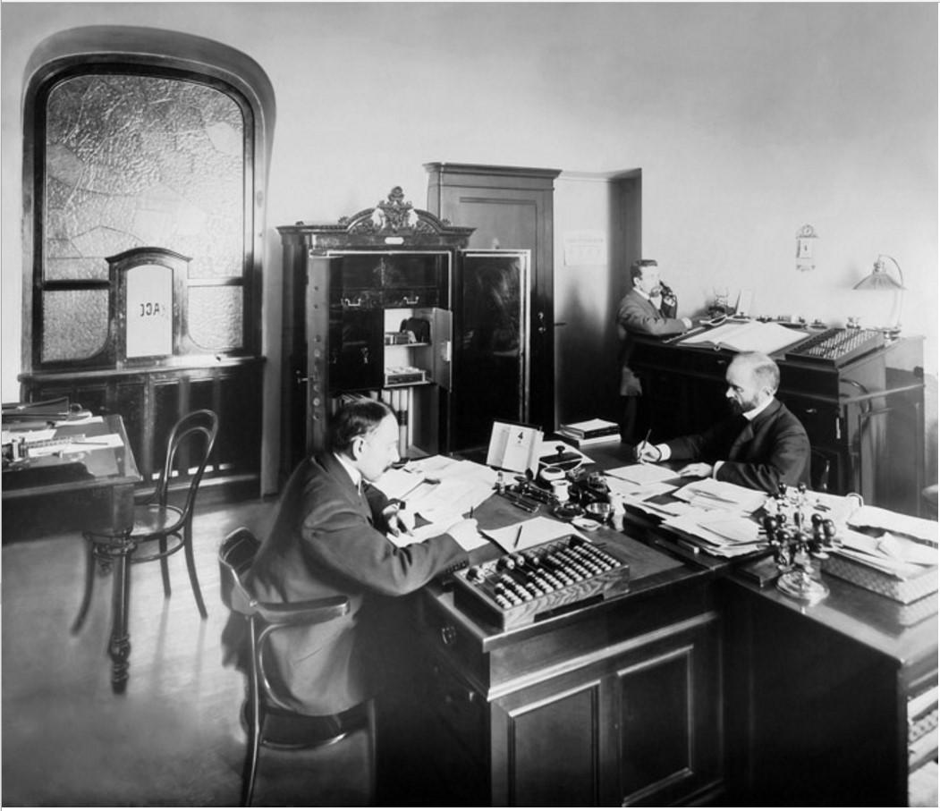1900-е. Служащие кассы за работой