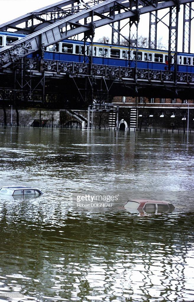 1960. Автомобили в реке Сена