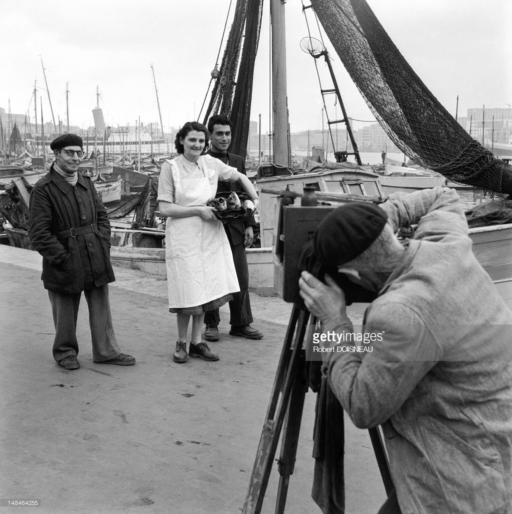 1945. Фотограф в гавани Марселя, фотографирующий торговцев рыбой