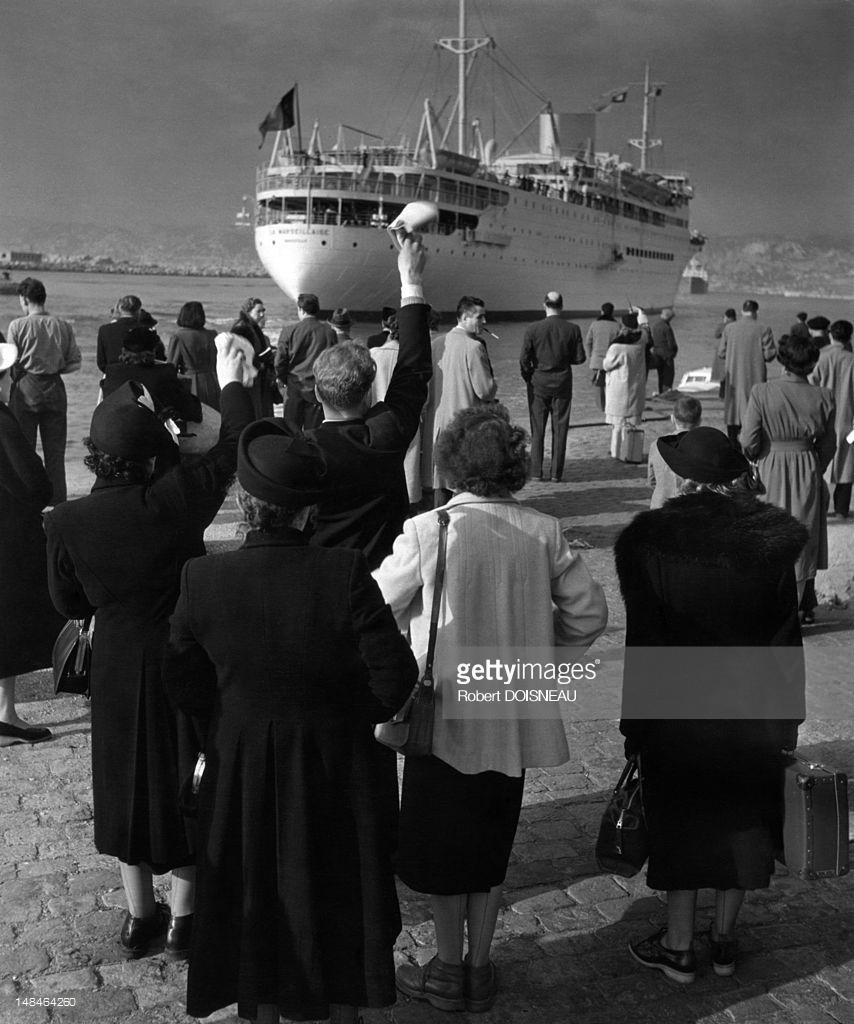 1951. Люди провожают судно в гавани Марселя