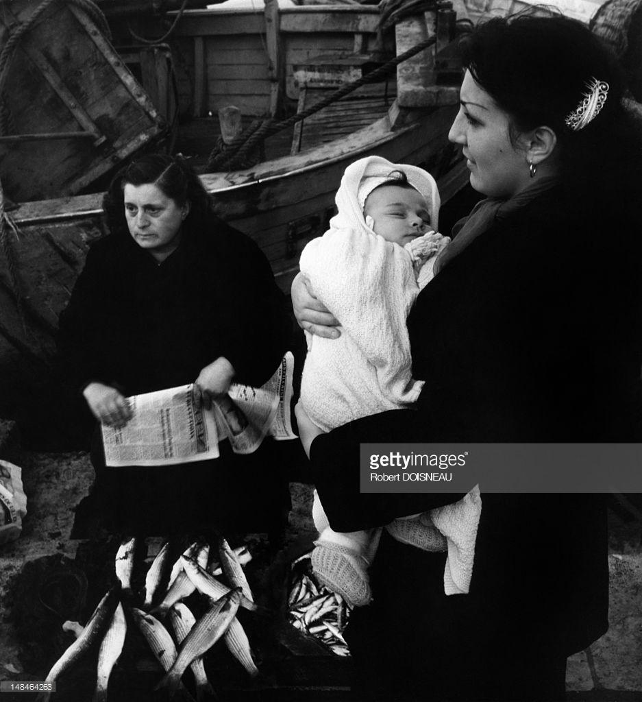 1951. Семьи рыбаков в порту