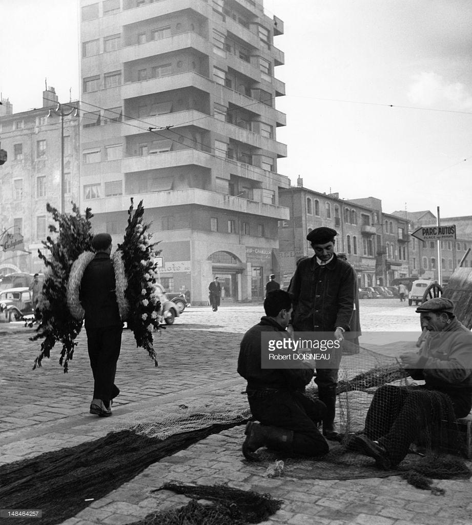 1951. Человек, несущий большие похоронные венки. Марсель