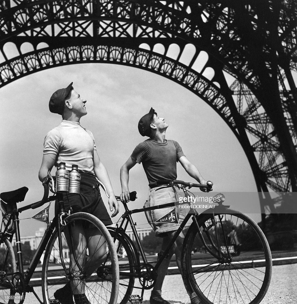 1950. Два велосипедиста из Лилля, смотрят на Эйфелеву башню