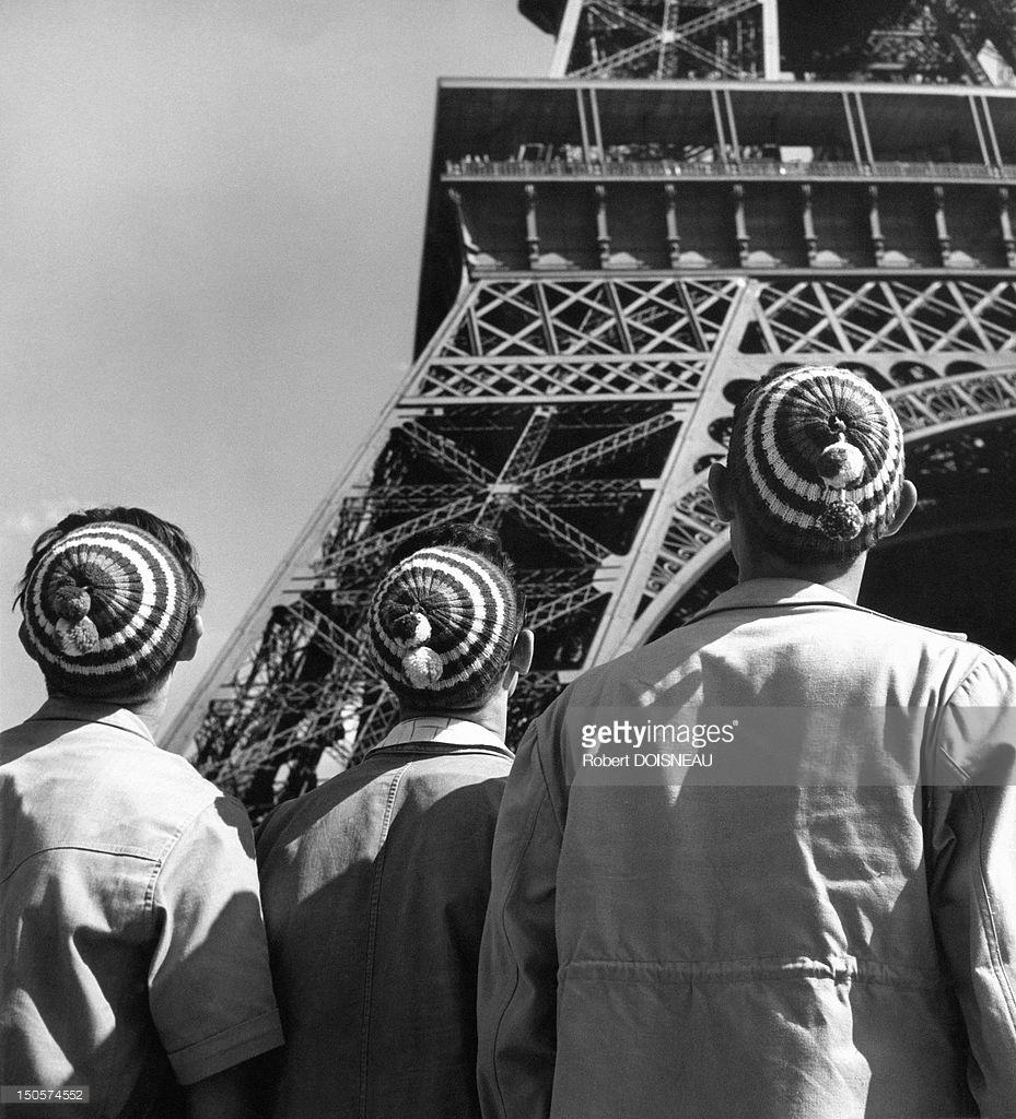 1950. Люди перед Эйфелевой башней